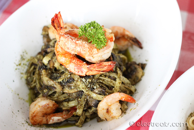 Pesto con Gamberoni Pasta - IDR 56K  One of the boldest pasta ever. My personal favorite.