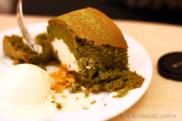 Japanese Maccha Roll - IDR 32K  Green tea and jasmine. A must-try.